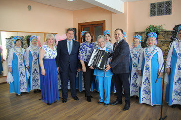 Ilsur Metshin presented the accordion to the vocal collective of pensioners