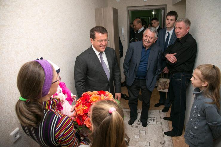 И.Метшин поздравил с новосельем многодетную семью, переехавшую из аварийного жилья