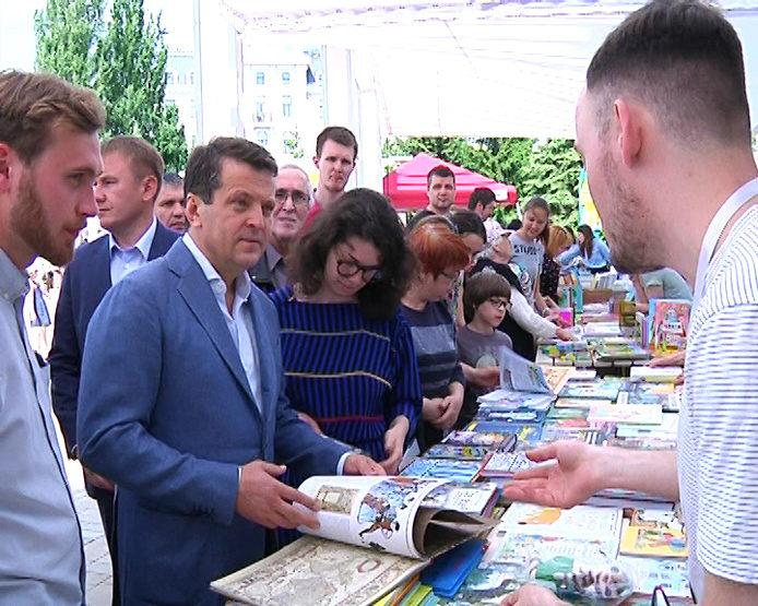 "The summer book festival is held in the park ""Chernoe Ozero"""