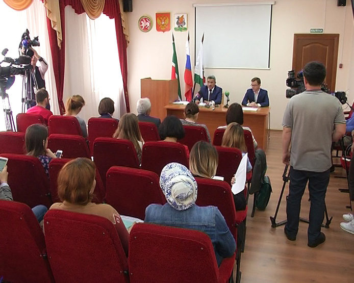 The press conference on the unification of schools