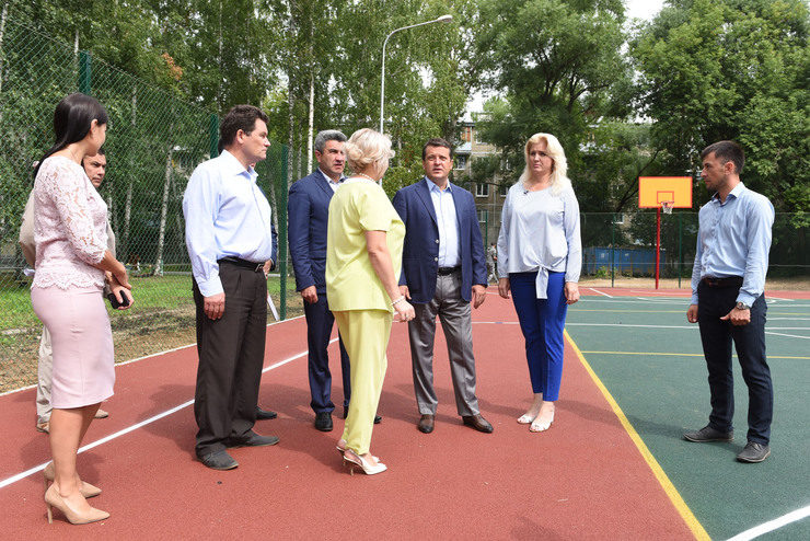 На территории казанской гимназии №4 достраивается новая баскетбольно-волейбольная площадка