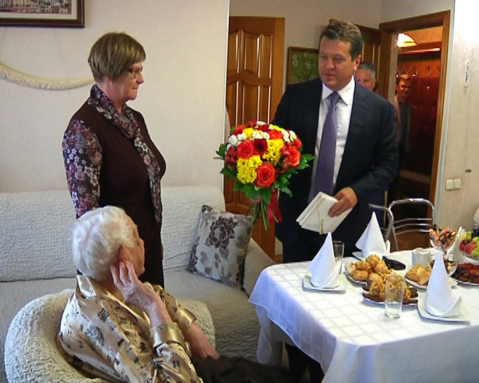 I. Metshin congratulated the inhabitant of Kazan on her 100th birthday