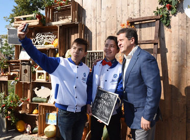 I. Metshin bought crafts a charity fair and urged the Kazan citizens to do good deeds
