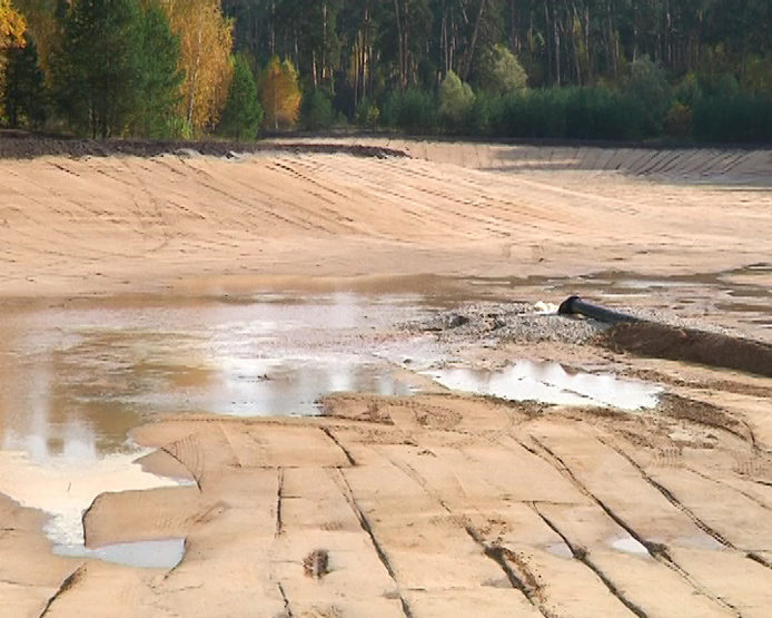 The Lebyazhie Lake is being filled with water from the Izumrudnoe Lake