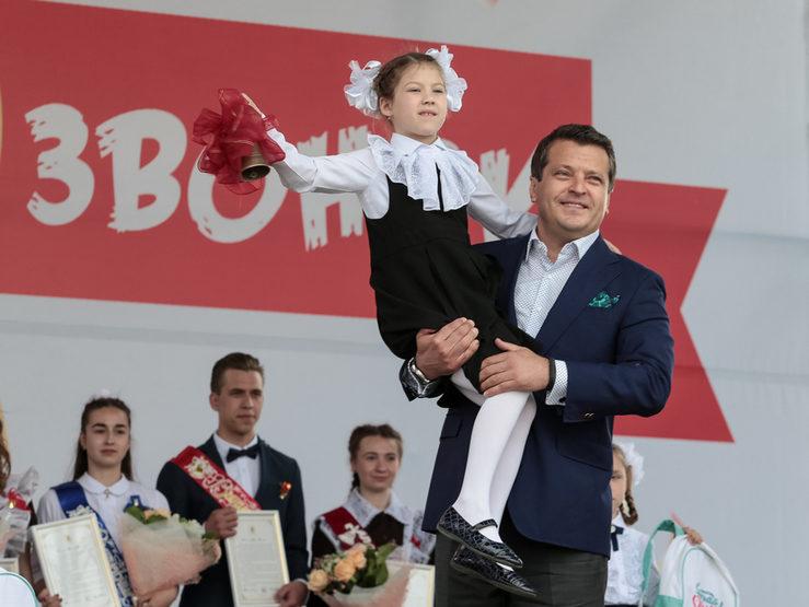 На Кремлевской набережной прозвучал последний звонок для казанских школьников