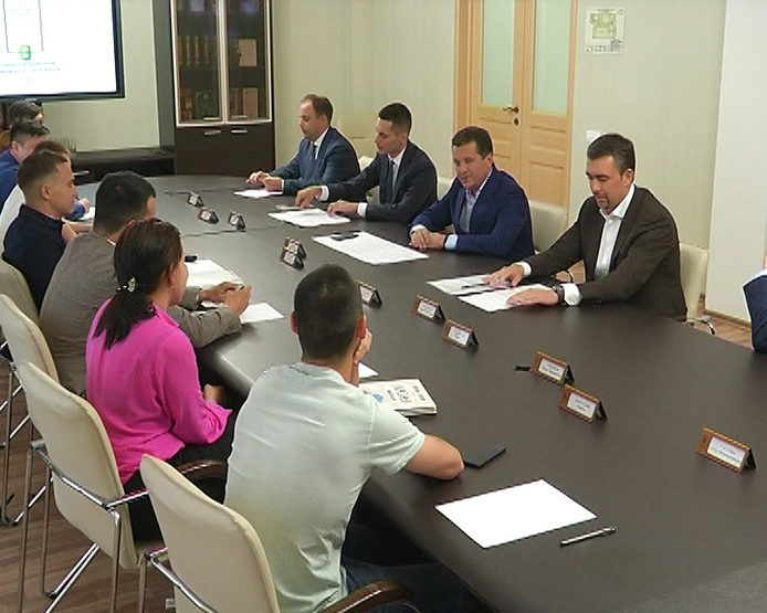 Ilsur Metshin met with the leaders of the Tatar youth