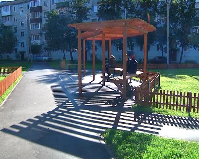 I. Metshin inspected the overhauled yard near the house №100 on Dekabristov Street