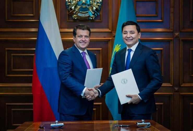 The mayor of Kazan Ilsur Metshin and akim of Nur-Sultan Altay Kulginov signed a communique following the UNWTO summit