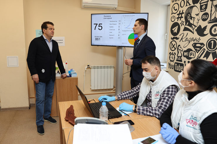 The Mayor of Kazan visits the Central Volunteers headquarters
