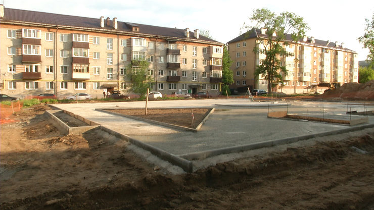 I.Metshin gets acquainted with the progress of improvement of the square on Avangardnaya str.