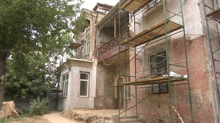 I.Metshin gets acquainted with the progress of restoration of Mufke's House