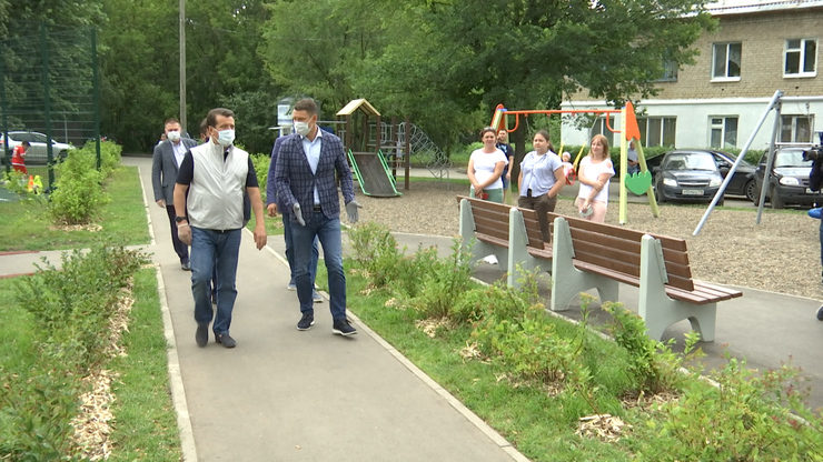 Ilsur Metshin inspected the landscaped yard on Khimikov street 13,15 and 17
