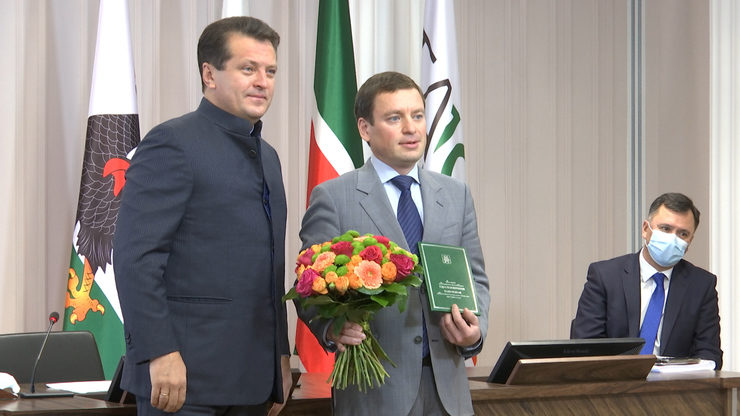 "Ilsur Metshin conferred a decoration ""For a Meritorious Service to Kazan"" on Rifat Khannanov"