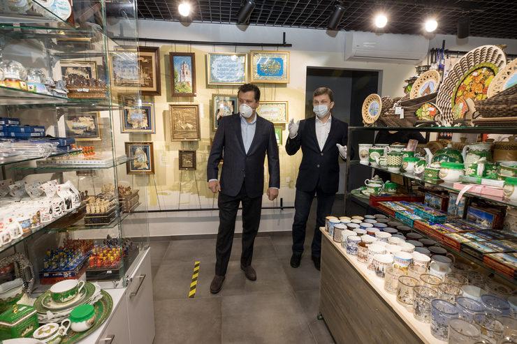 Мэр Казани ознакомился с работой одного из сувенирных магазинов города