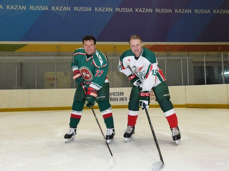 Мэр Казани вручил награду хоккеисту Андрею Писареву за вклад в развитие физкультуры и спорта Татарстана