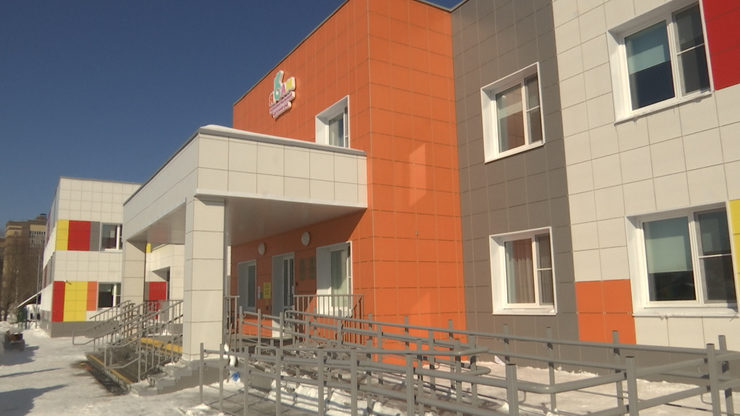 Ilsur Metshin inspected the new polylingual kindergarten before the opening