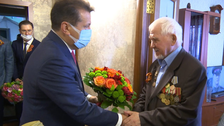 The Mayor of Kazan congratulates veteran Sakhap Ilalov on the Victory Day