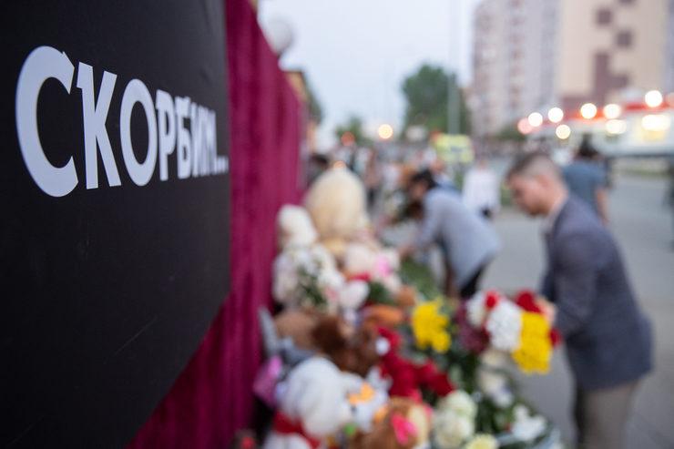И.Метшин возложил цветы к мемориалу у гимназии №175 в Казани