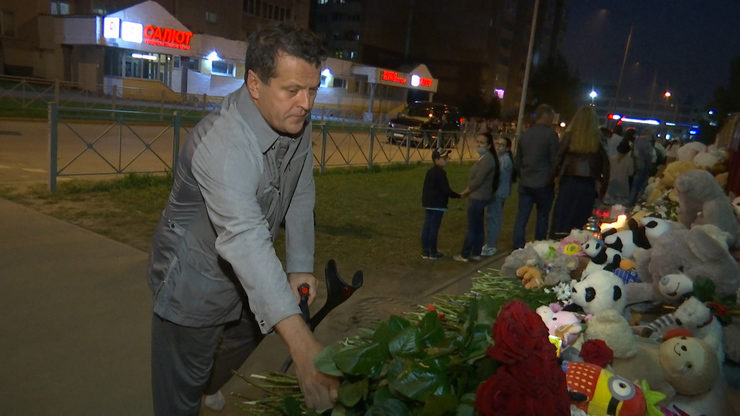 I. Metshin laid flowers at the memorial at school No. 175 in Kazan