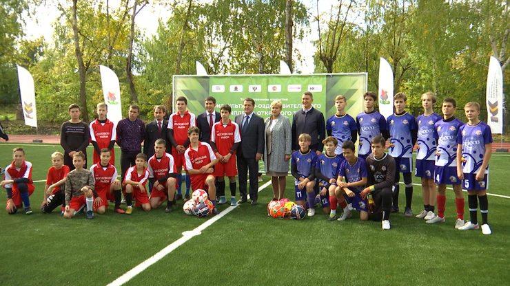 I. Metshin congratulates the students of school No.130 on the opening of an outdoor sports and recreation venue
