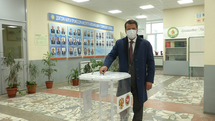 The Mayor of Kazan with his wife voted in the elections of deputies of the State Duma of the Russian Federation of the eighth convocation
