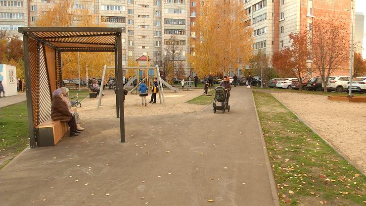 I.Metshin inspects the improvement of the yard on Lomzhinskaya Street