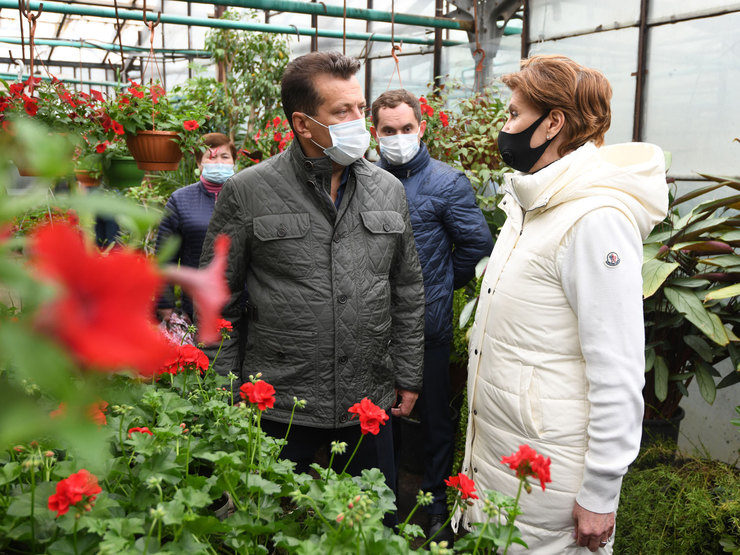 Ilsur Metshin visits the greenhouses of the Gorvodzelenkhoz, where seedlings are being grown since the beginning of the year